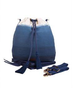 Wickeltasche great spirit mara mea - blau dip dye. Die Beutel-Wickeltasche ist nicht nur schön sondern auch funktional. Mit ihrem modernen Farbverlauf setzt sie farbenfrohe Akzente im Alltags Outfit. Mit Hilfe der Karabinerhaken ist sie in drei verschieden Varianten tragbar. Als Rucksack, Shopper Bag und Kinderwagentasche ist sie stets ein treuer Begleiter bei Abenteuern mit den Kids. Perfekt für stilbewusste Mamas und Frauen. JETZT ENTDECKEN <3