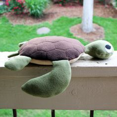 Tutorial and pattern to make this cute sea turtle.