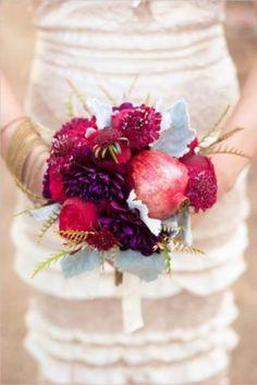 Wedding inspiration   Matrimonio a tema melagrano: bouquet con fiori e frutti