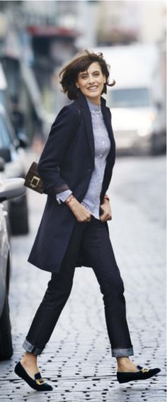 Inès de la Fressange x Uniqlo : la collection automne/hiver dévoilé… I like the straight, dark blue, cuffed jeans and the nice flats with the long cardigan or is that a coat? Style Désinvolte Chic, Style Casual, Casual Chic, My Style, French Chic Style, Style Icons, Smart Casual, Italian Style, Style Blog