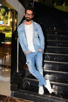 INSTA PIC - Wonderful pic of Super hot & stylish Kapoor during promotions Indian Men Fashion, Mens Fashion Blog, Suit Fashion, Look Fashion, Blazer Outfits Men, Men's Outfits, Blue Suit Men, Kurta Style, Mode Costume