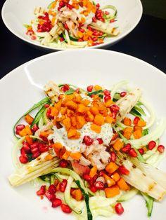 Courgetti salade met gegrilde witlof, gerookte forel, een dressing van creme fraiche en bieslook, croutons van zoete aardappel en granaatappel