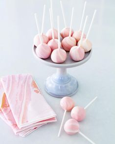 Make your bridal shower a marble theme with deliciously sweet and simple marble crafts (DIY marble napkins!) and dessert (marble cakepops!) for a fun and easy going afternoon with the girls. Snap by @jennycookies.