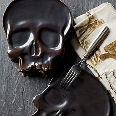 Give Your Guests a Spooky Surprise with This Gloomy Skull Plate trendhunter.com