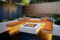 garten lounge Moderner Garten mit moderner Lounge Ecke, Feuerstelle und gemtlichem Licht The Effective Pictures We Offer You About pool ideas pics A quality picture can tell you many t Outdoor Fire, Outdoor Seating, Outdoor Rooms, Outdoor Living, Garden Seating Areas, Corner Garden Seating, Fire Pit Seating, Outdoor Areas, Backyard Patio