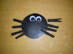 spinnenpoten: fijne motoriek (houten lijfje met wasknijpers) *liestr*