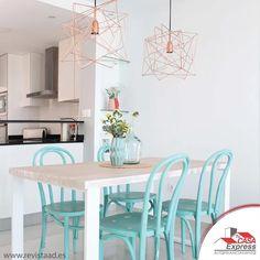 Ocupa detalles en colores vivos para que resalten y luzcan en tu decoración, esto creara un ambiente más amigable.