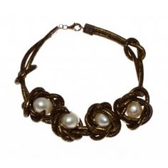 Pulsera realizada en cuero color oro viejo y 4 perlas cultivadas, cierre en plata de ley.