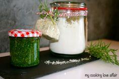 Eine Backmischung für Focaccia-Brötchen, Rosmarin-  Zitronen-Salz und dazu ein Pesto von Radieschenblättern