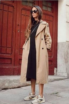 Style Inspiration: Trench coats outfits for spring Effortless outfit for spring, Trench coat over black sweater dress and beige sneakers Adrette Outfits, Spring Outfits, Casual Outfits, Fashion Outfits, Fashion Clothes, Spring Clothes, Work Outfits, Skandinavian Fashion, Fashion Mode
