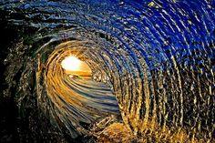 """Majestuosas Fotos De Olas Que Captan Su Belleza Al Romper   """"Para congelar el movimiento de una ola debes usar una velocidad de obturador de al menos 1/250 de segundo. Si haces zoom a una ola, tiene que ser aún más rápido, 1/1000 de segundo."""" """"También deberías usar una apertura pequeña de f/11 para asegurarte de tener profundidad de campo. Hacer la foto con poca luz fuerza a aumentar el ISO, lo que puede causar un problema de ruido."""""""