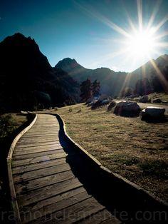 Camino de madera que lleva al pantano y al refugio de Sant Maurici.