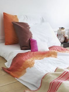 dying everything I could get my hands on. I really love the effect it gets, very organic and beautiful. And the best of all, its so easy to do. You need: cotton or linen pillowcases fabric dye  Wet the pillowcase and squeeze o