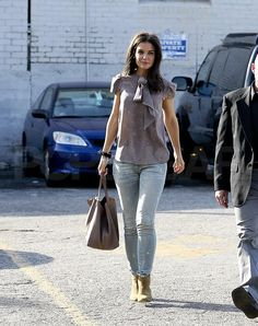 katie holmes blause and purse