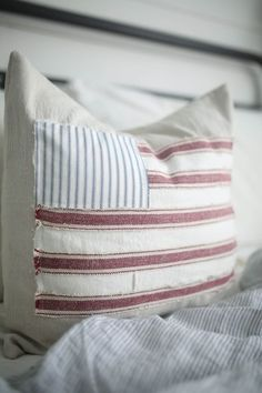 Scrappy Flag Pillow Cover Tutorial DIY Fourth of July Decorations - Craft Ideas Patriotic Crafts, Patriotic Decorations, July Crafts, Americana Crafts, Patriotic Party, Sewing Pillows, Diy Pillows, Cushions, Pillow Ideas