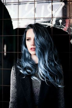 Dye your hair simple & easy to ombre blue hair color - temporarily use ombre blue hair dye to achieve brilliant results! DIY your hair blue ombre with hair chalk Ombré Hair, Hair Dos, Messy Hair, Emo Hair, Love Hair, Gorgeous Hair, Beautiful, Corte Y Color, Coloured Hair