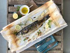 Λαβράκι ψητό στη λαδόκολλα σε 25 λεπτά Fresh Rolls, Recipies, Fish, Meat, Ethnic Recipes, Recipes, Cooking Recipes, Ichthys