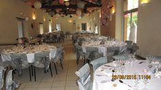 Décoration de la salle, ton rose, gris et blanc. Suspensions papier, pompons, rosaces...