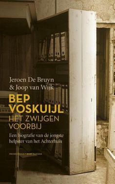 54/53 Jeroen de Bruyn-Bep Voskuijl, het zwijgen voorbij ● De families die tijdens de Tweede Wereldoorlog in het wereldberoemde Achterhuis ondergedoken zaten, werden van buitenaf ondersteund door een aantal helpers. Een van die helpers was Bep Voskuijl, een jonge kantoorbediende. Hoewel Anne in haar dagboek aangeeft zeer op Bep (Elli Vossen) gesteld te zijn, is haar rol in de geschiedenis onderbelicht gebleven _ tot nu. De jonge Belg Jeroen De Bruyn raakte gefascineerd door deze veelal…