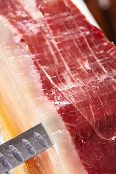 Now this is the way to cut jamón ibérico de bellota! This acorn fed Iberian ham must be hand sliced to give you the best texture and flavor. Prosciutto, Best Spanish Food, No Cook Appetizers, Tapas Recipes, International Recipes, Ham, Easy Meals, Vegetarian, Cooking