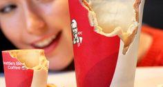 """O """"Scoffee Cup"""" (algo como """"copos para comer"""", na gíria britânica) é um cookie revestido de chocolate branco e açúcar. Ele é firme o suficiente para receber o #café ou #chocolatequente e, à medida que a pessoa vai bebendo, as paredes do copo vão amolecendo e tornando-se mastigáveis. #Inovação #Sustentabilidade"""