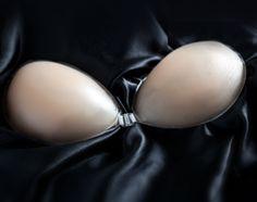 Sans bretelles ni dos et en plus invisible, ce soutien gorgevous permet de porter toute tenue et, augmente votre poitrine d'une taille tout en la maintenant parfaitement. Composé de deux bonnets reliés entre eux par un crochet transparent.  En silicone, à colle auto-adhésive, ce soutien gorge, d'excellente qualité, colle parfaitement à la peau.  Disponible du bonnet A au bonnet D. Plus de 100 utilisa...