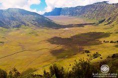 Dari atas Puncak Bentengan tampak hamparan savana cantik yang akan menyambut setiap orang yang melintasi jalur menuju Ranu Pani.  Tampak dibawahnya jalur perjalanan menuju Bromo dan Bukit Teletubies yang mempesona