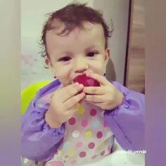 """Recebi esse vídeo de uma mamãe aqui do instagram, em tão boa hora!  Recebo sempre, vídeos de tantas mães agradecendo pelas informações sobre #blw, pela paciência, pela empatia!!! . Mensagem da mamãe """"Olha Dra. Sinto orgulho da minha filha comendo uma fruta assim, blw é vida rs"""" . Veja bem: coloco as informações aqui e escrevo: cada um precisa encontrar a sua forma de iniciar a introdução alimentar, você pode tentar a #IAparticipATIVA se o #blw não funcionar, esteja segura do que está…"""