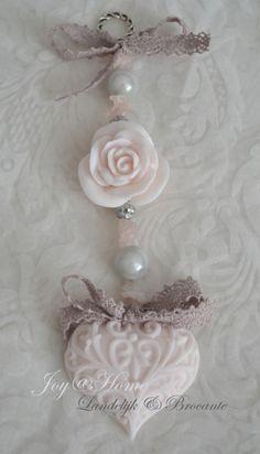 Mydlo náhrdelník.  Mydlo srdce, ruže a ruženín korálky