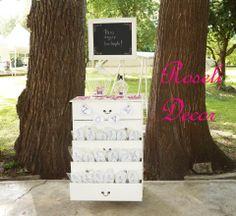 Renta de cajonera y pizarrón vintage #Bodas Renta, Plants, Wedding, Sandals, Chest Of Drawers, Dancing, Events, Weddings, Valentines Day Weddings