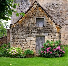 Old stone house Stone Cottages, Cabins And Cottages, Old Stone Houses, Old Houses, Beautiful Buildings, Beautiful Homes, Fairytale Cottage, Cute Cottage, Dream Houses