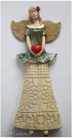 Anioł wiszący sercem ceramika wylegarnia pomyslow aniołek
