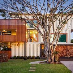Quando você pensa em casas ou estruturas feitas de contêineres, logo imagina alguma coisa pequena e compacta, não é verdade? Mas o fato é que contêineres servem para todo tipo e tamanho de projeto, inclusive as casas grandes e luxuosas. Este é o caso desta casa, desenhada por Todd Miller daZeliger Build. Ela tem um total de 557m² e é tão linda por dentro, quanto é por fora. A residência está localizada em Queensland, na Austrália. É uma casa com 4 quartos, 4 banheiros, uma sala de estudos…