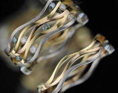 Aus der Kollektion von BunzDesign. Ring aus Platin, Rotgold und Gelbgold sowie Brillanten.
