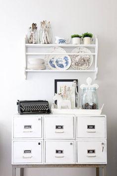 Valkoiseksi maalattu peltilokerikko on vanha potilasarkisto-kaappi Porvoon lääkäri-keskuksesta. Lokerikossa säilytetään kynttilöitä, lautasliinoja sekä muuta pientä tavaraa.