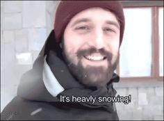 Levando o cachorro para passear na neve