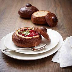 Borschtsch in Brotschalen