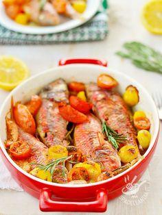 Le Triglie al forno con patate e pomodori sono un classico della cucina di mare. Semplice e veloce, questa ricetta fa contenti tutti ed è un ottimo jolly!