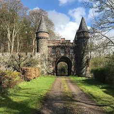 Fyvie Castle is a castle in the village of Fyvie, near Turriff in Aberdeenshire, Scotland. #courtesy of @lisa.jane_""