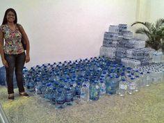 Moradores do DF arrecadam galões de água para vítimas de Mariana Foram arrecadados 10 mil litros em 24 horas de campanha, diz organização. Município precisa de 15 milhões de litros de água por dia, informa prefeitura.
