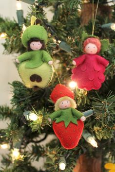 121212-Giselas-handmade-German-season-table-nature-dolls-fruits-apple-raspberry-and-strawberry-on-Christmas-Tree.jpg (1336×2004)