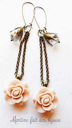 Boucles d'oreilles couleur laiton bronze, pendants avec cabochon de rose montés sur chainette bronze et perles goutte en verre facetté