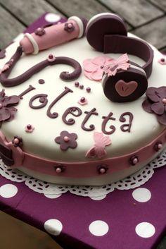 Quand la fille de 7 ans de ma copine Laetitia me demande un gâteau Violetta pour son anniversaire, elle ne lésine pas sur le cahier des charges. Elle voulait du violet, que Violetta soit écrit dessus, un micro, un casque et une guitare … Bon, j'ai presque...