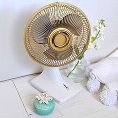 to update an old Fan This is brilliant! How to update an old Fan - Delineate Your DwellingThis is brilliant! How to update an old Fan - Delineate Your Dwelling Metallic Spray Paint, White Spray Paint, Gold Paint, Spray Paint Fan, Spray Painting, Spray Paint Plastic, Painting Tricks, Spray Paint Projects, Diy Projects