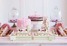 Para comemorar o aniversário da Sofia, os pais da pequena escolheram reproduzir uma pâtisserie, com decoração cor de rosa, lindos docinhos, bolos charmosos, embalagens personalizadas, oficina de cupcakes... Qual menina não ficaria encantada com tudo isso? Inspire-se! #delicada #festainfantil
