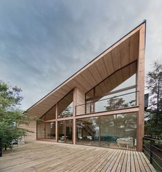 Split House is a lakeside retreat in Chile, designed by Hsu-Rudolphy. Completed in the house of serves as a second home for a family. Organic Architecture, House Architecture, Contemporary Architecture, Roof Design, House Design, Modern Tiny House, Timber House, Minimalist Home Decor, House Roof