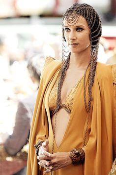 Michele Clapton veste Ellaria Sand con un abito   dall'influenza orientale ma con una virata molto moderna. Wow. Lo riesce a portare bene solo lei!