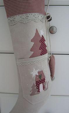 * großer Weihnachts-/Nikolausstiefel*  zum Befüllen.  verziert mit Klöppelspitze,einer Taschen mit applizierten Tannenbäumchen, Sternen, einem Weihnachtshäuschen,und einem Kätzchen,sowie einem...