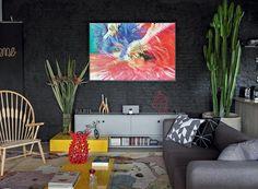 ** Projeto publicado em Casa e Jardim **  Living | Na parede de tijolinhos à vista com tinta acrílica preta, quadro do fotógrafo Rogério Mesquita e móvel desenhado pela arquiteta e executado pela Bontempo. Poltrona Peacock, de Hans Wegner, da Artesian (Foto: Evelyn Müller/Divulgação)