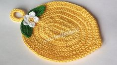 in questo articolo ti spiego come realizzare una presina uncinetto a forma di limone con uno schema scritto anche per le foglie eil fiorellino Crochet Potholder Patterns, Crochet Keychain Pattern, Crochet Coaster Pattern, Crochet Bikini Pattern, Crochet Dishcloths, Crochet Food, Crochet Kitchen, Love Crochet, Crochet Yarn